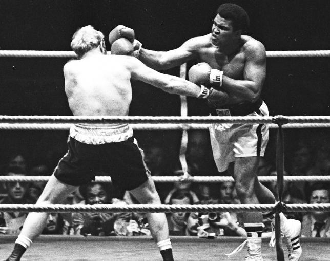 Muhammad Ali (L) punches Richard Dunn while fighting for the WBC & WBA Heavyweight Title in Munich, Germany May 24, 1976. Action Images / Sporting Pictures/Files