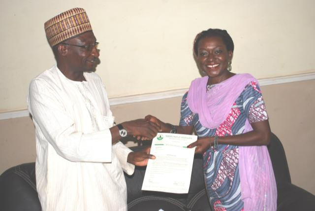 Kaduna State NUJ Chairman, Garba Mohammed, presenting a letter to Chairperson PMAN, Mrs. Anna Kankara Mohammed during the visit in Kaduna. photo author provided